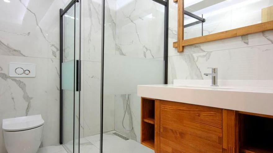 El utensilio de moda para limpiar la mampara de la ducha en pocos segundos