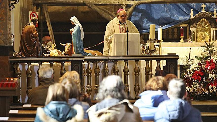 "El Arzobispo se ""arremanga"" en Avilés"
