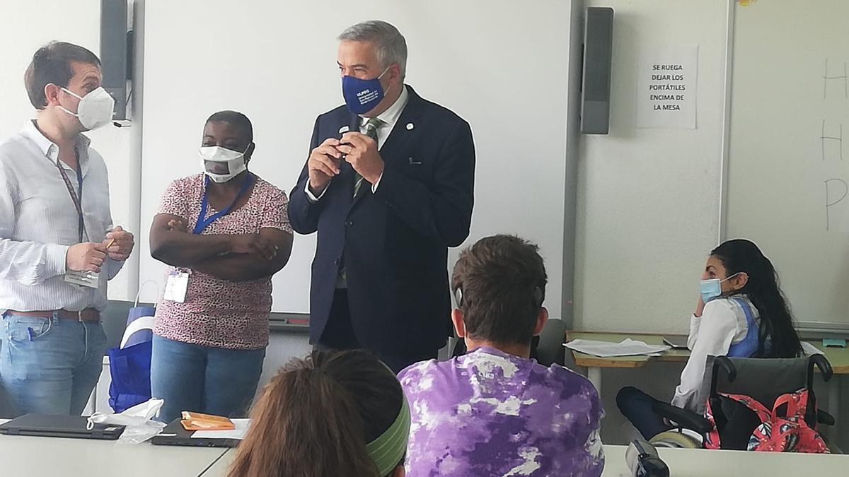 El rector de la ULPGC Lluis Serra visita a los estudiantes con necesidades especiales que realizan la EBAU  en Tafira.