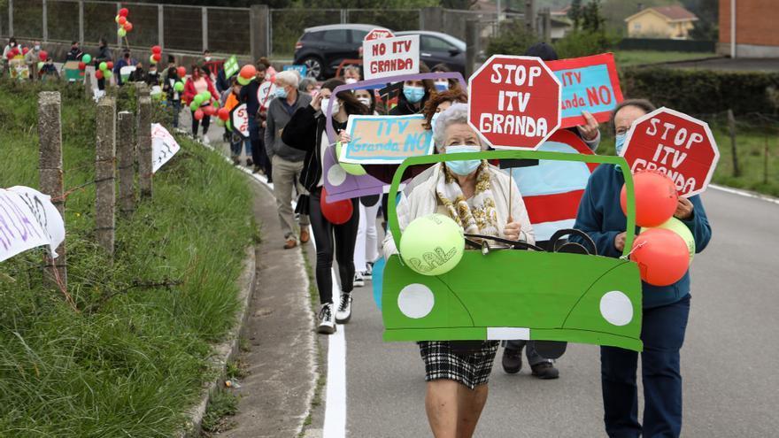 Vecinos y oposición exigen acabar ya con el plan de la ITV en Granda