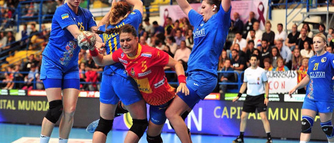 La pivote grancanaria María Núñez, jugadora del ES Besançon francés, ante tres jugadoras ucranianas en un amistoso.