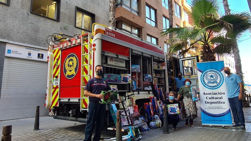 Bomberos de Las Palmas de Gran Canaria se suman a la campaña solidaria de Casa de Galicia con juguetes para 100 familias