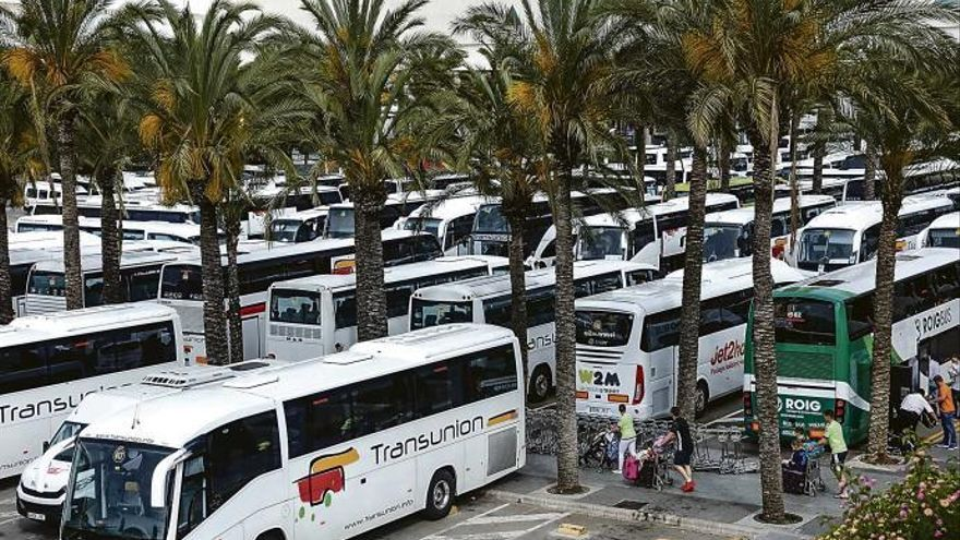 Urlauber-Bus geht auf Mallorca in Flammen auf