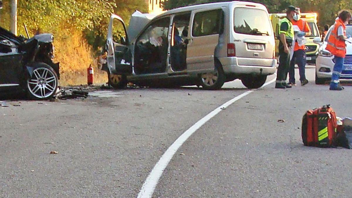 Estado en el que quedaron los dos vehículos tras el choque mortal de Covelo.