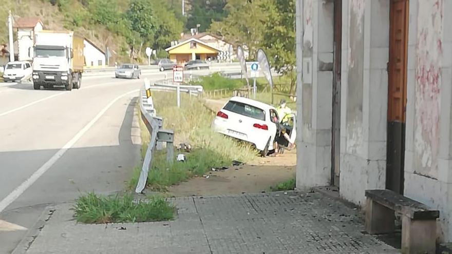 Gran susto en Les Roces (Cangas de Onís) al terminar invadiendo un coche la senda de Cascos