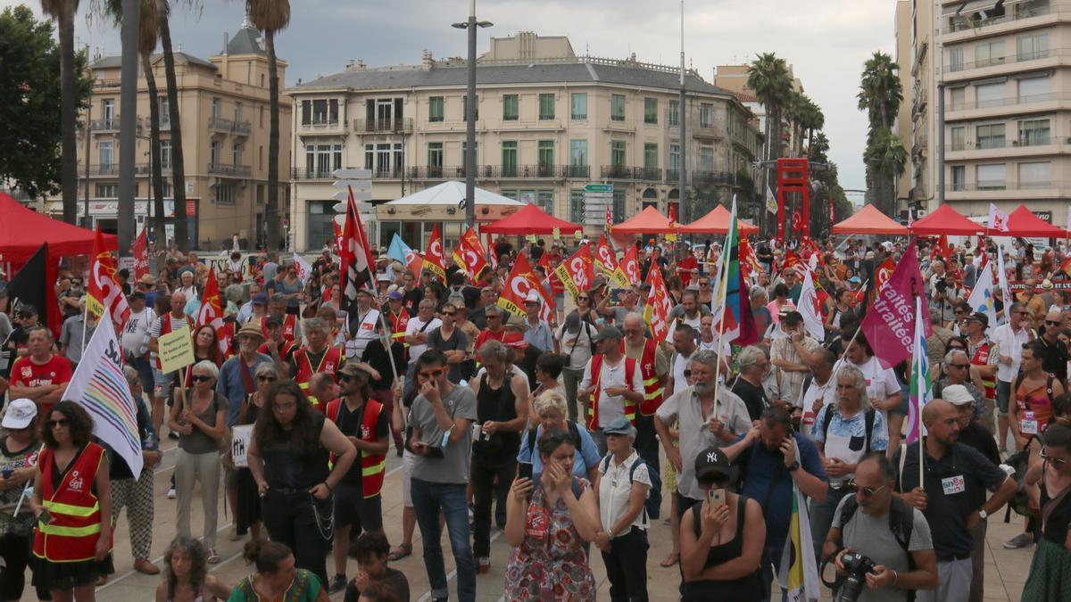 Escenari de la plaça Catalunya de Perpinyà abans de la manifestació aquest dissabte 3 de juliol