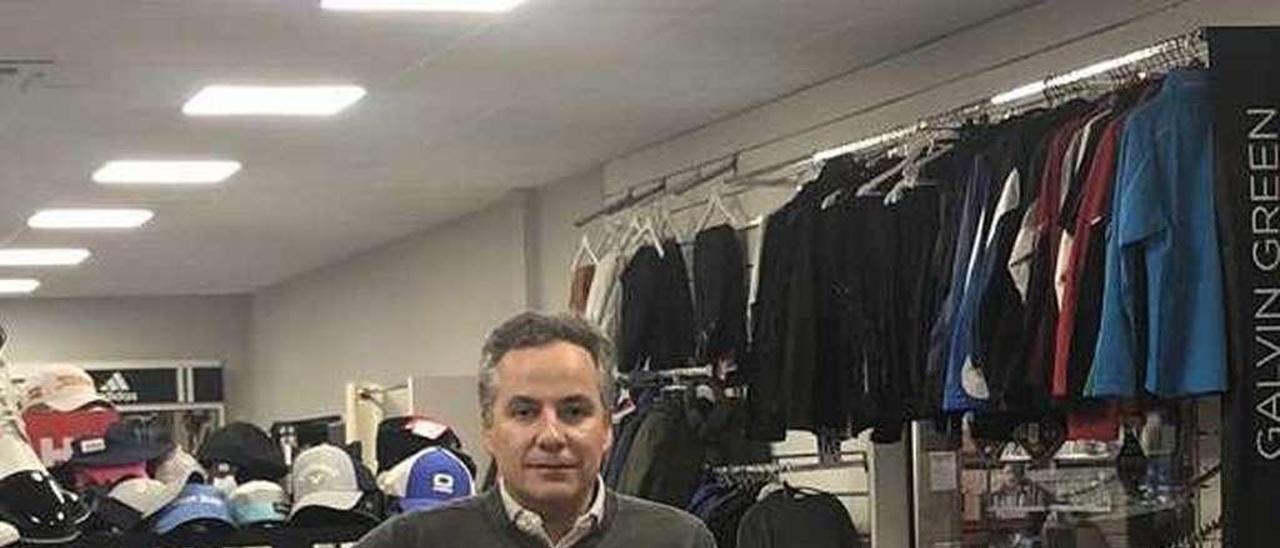Francisco Riera en su tienda del polígono de Silvota, en Llanera.
