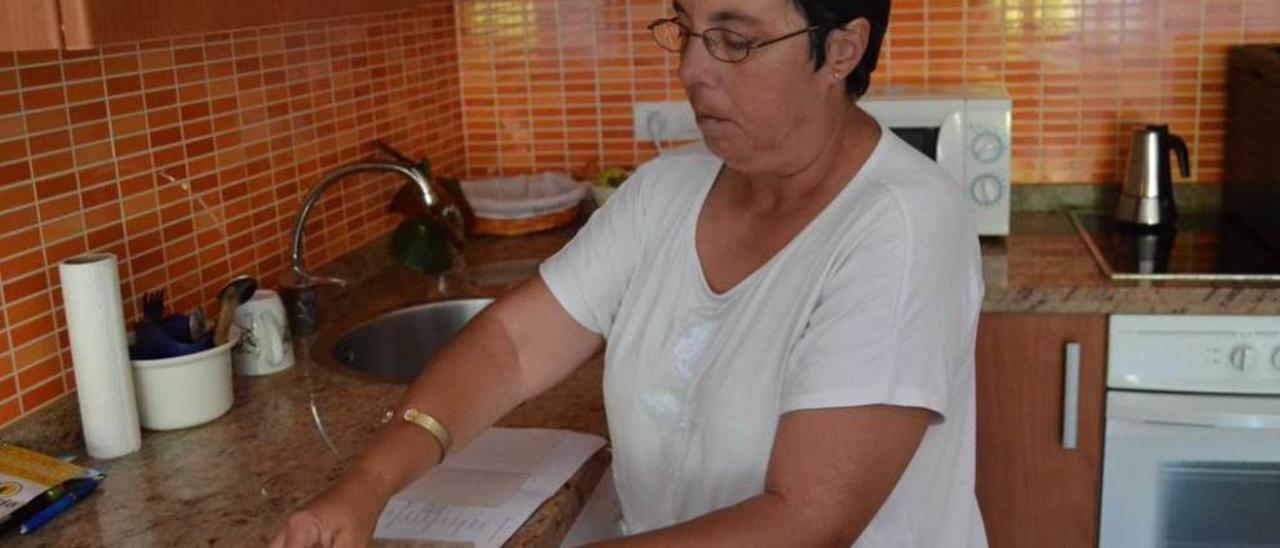 Fueyo, en la cocina de su apartamento, en el barrio cangués de Contranquil.