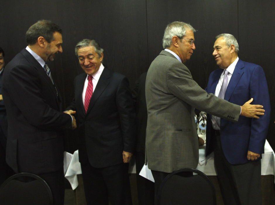 En una imagen de 2007, el entonces presidente de la Xunta, Emilio Pérez Touriño, saluda a Manuel Jove en la reunión de la Fundación Gallega para la Sociedad del Conocimiento, en Santiago de Compsotela.