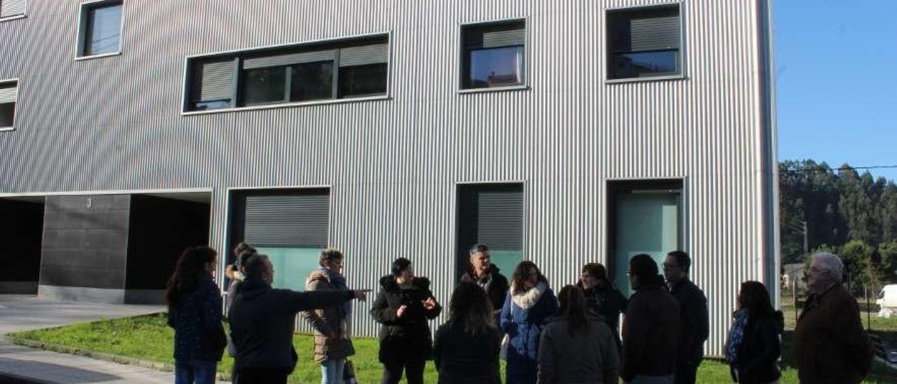 Los vecinos afectados junto a sus pisos, con los diputados Rafael Palacios y Nuria Rodríguez.
