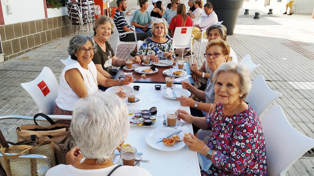 Desayunos en la terraza de un establecimiento hostelero de Monesterio