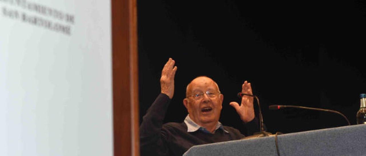 Antonio Lorenzo, el gran contador de historias de Lanzarote, durante un acto.