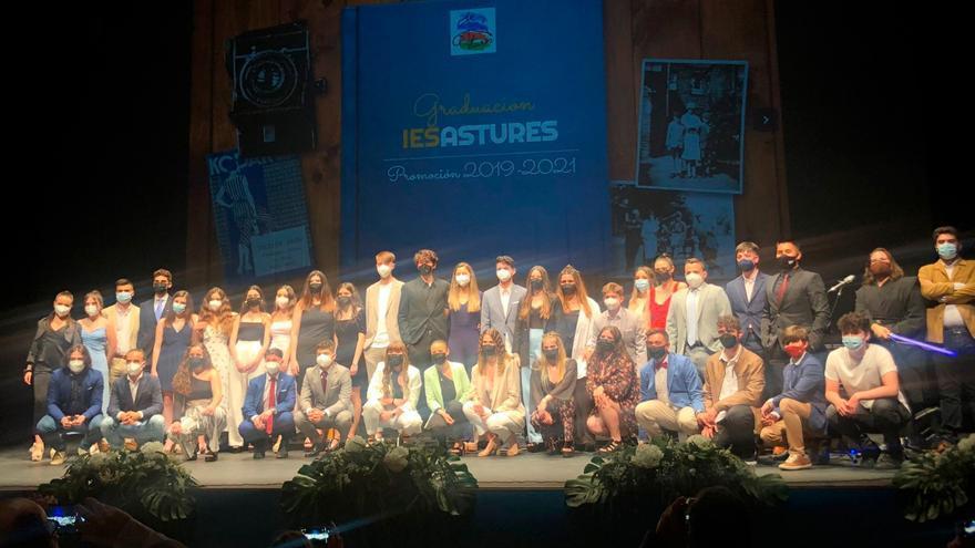 La promoción del cincuenta aniversario del IES Astures se gradúa
