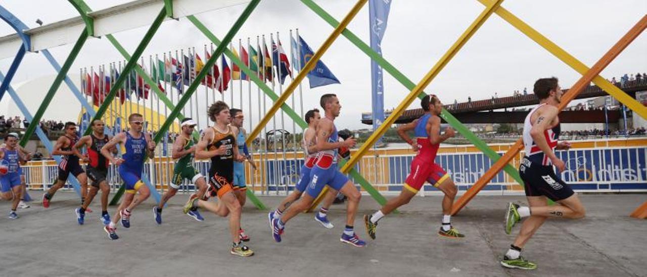 Duatletas cruzando el puente de San Sebastián en el pasado Campeonato del Mundo en Avilés, en 2016.