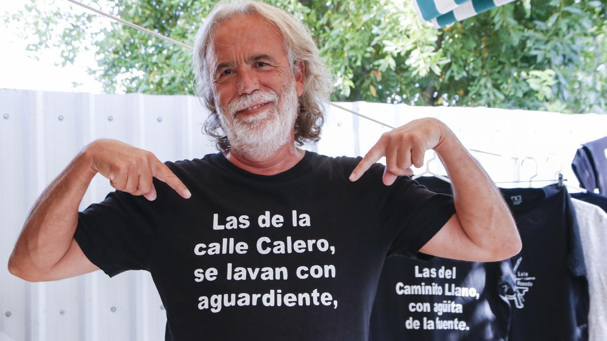 Luis Rosado señala el mensaje de su nueva camiseta.