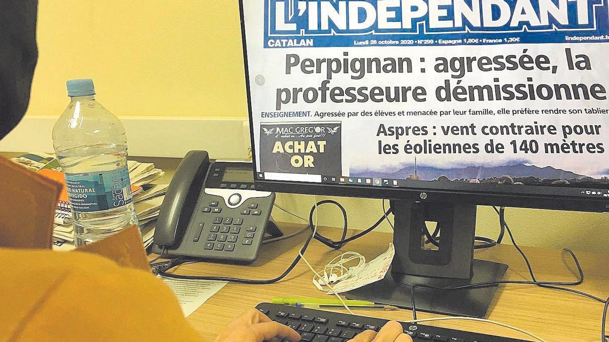 La ilicitana mira el periódico francés donde se dice «Perpiñán: agredida, la profesora dimite».