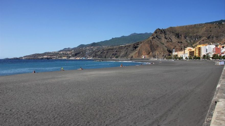 Santa Cruz de La Palma saca a concurso los servicios de kioscos  y hamacas de la playa