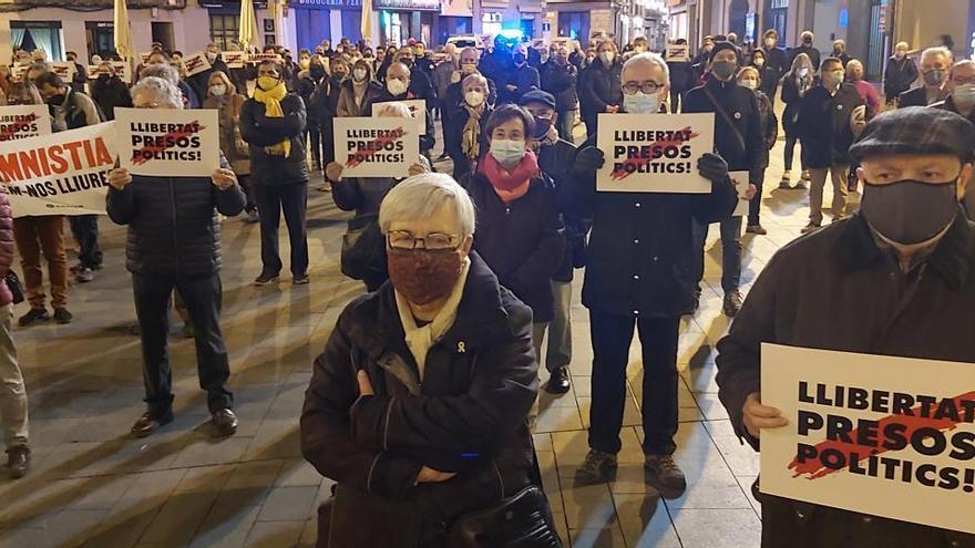 Prop de 200 persones demanen a Manresa la llibertat dels presos
