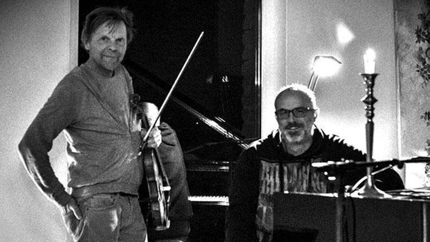 Der Produzent von DJ Ötzi nimmt auf Mallorca am Klavier Platz