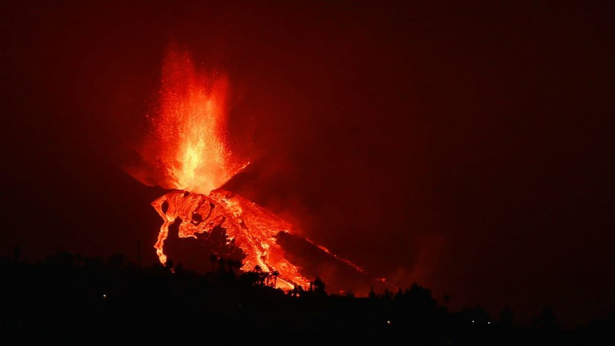 The volcano, during an overflow of lava that occurred early in the morning today,