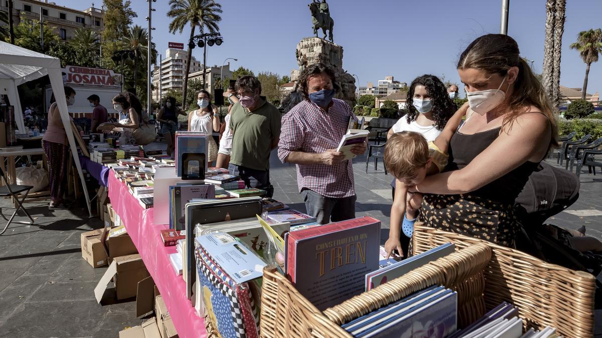 Uno de los puestos de libros el pasado 23 de julio, en el evento 'Llibreries a la fresca'.