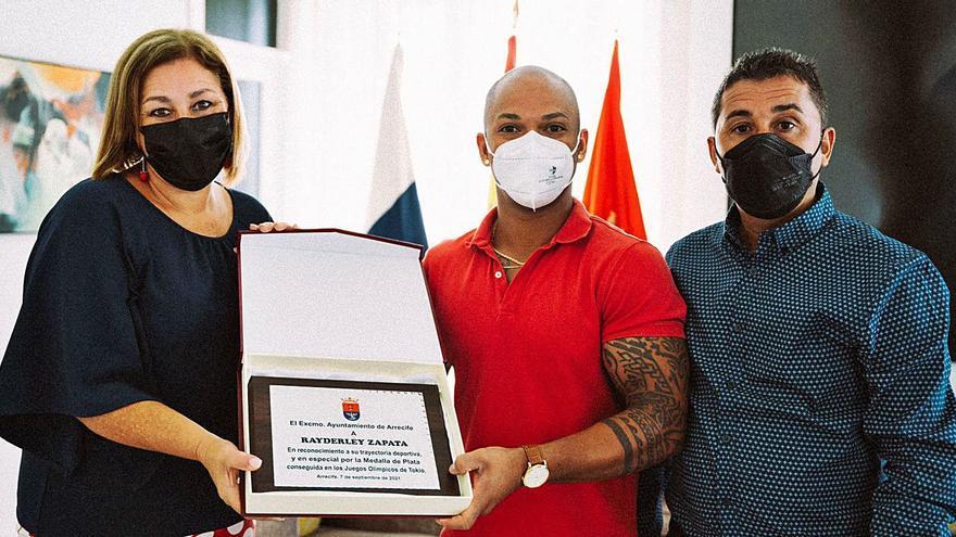 Arrecife felicita y homenajea a Ray Zapata