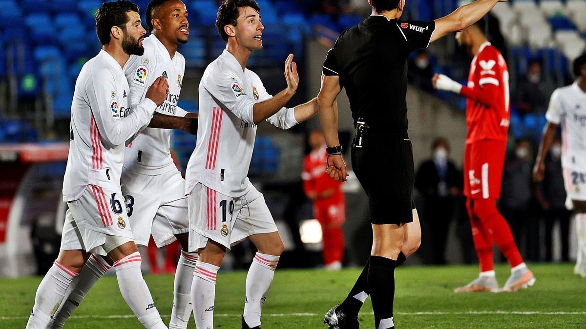 Los jugadores del Real Madrid protestan mientras Martínez Munuera señala penalti. |  // BALLESTEROS