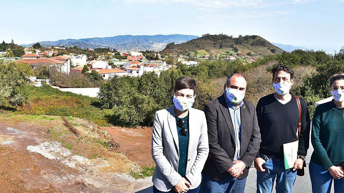 De izquierda a derecha: Sara Cabello, Escolástico Gil, Fidel Vázquez y Jennifer Torres, en la azotea de la Casa de la Cultura.