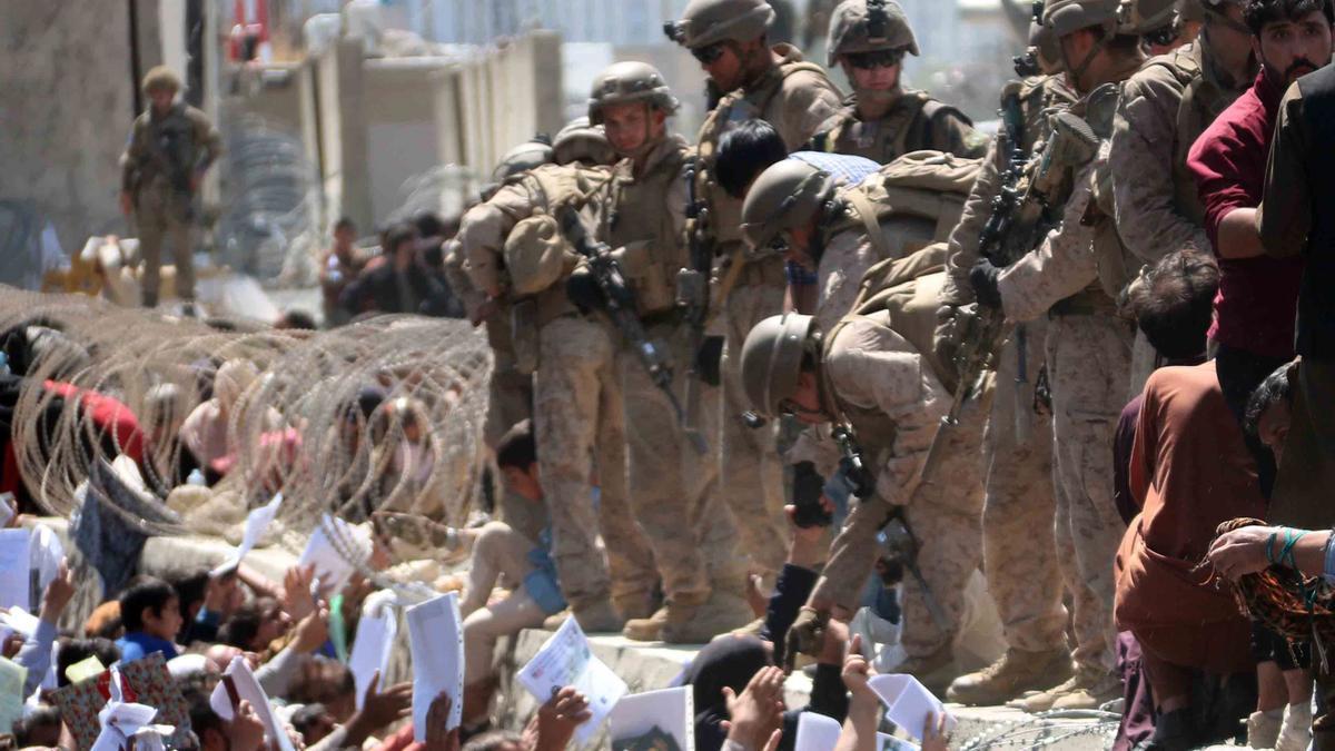 Soldados de EE UU atienden a cientos de afganos, en una imagen de hace dos días.