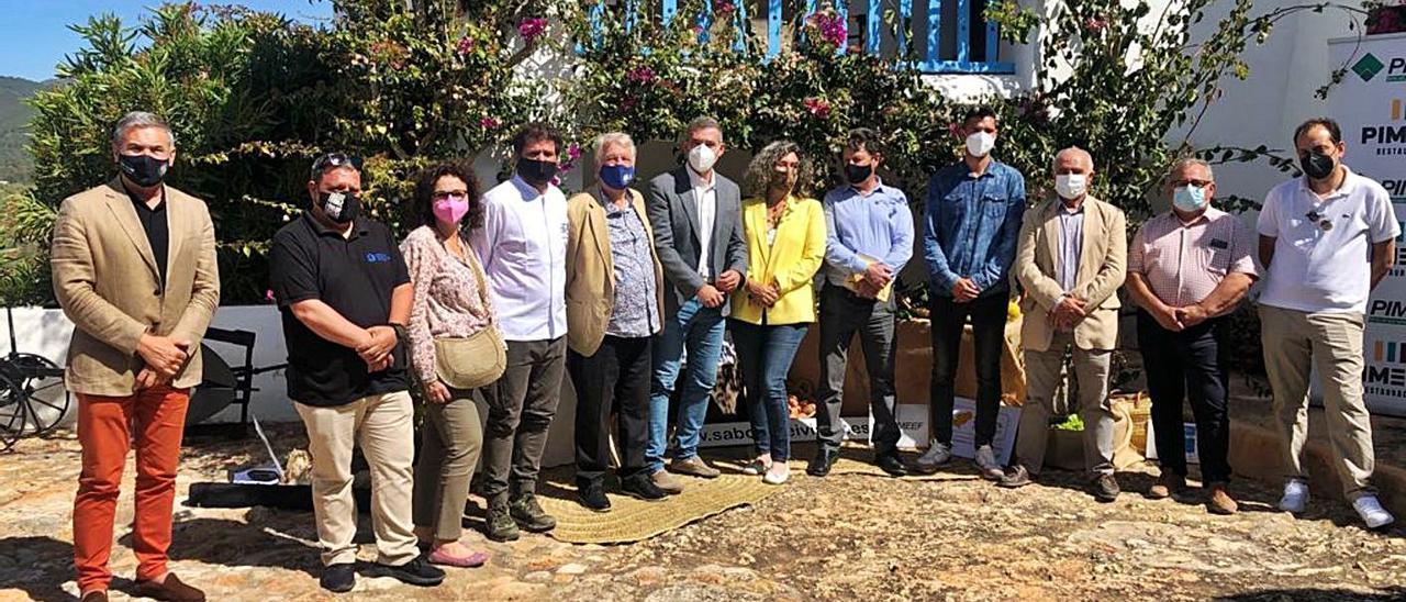 Foto de grupo de la presentación de las jornadas Ibiza Sabor en el Trull de Ca n'Andreu.   J.A.C.