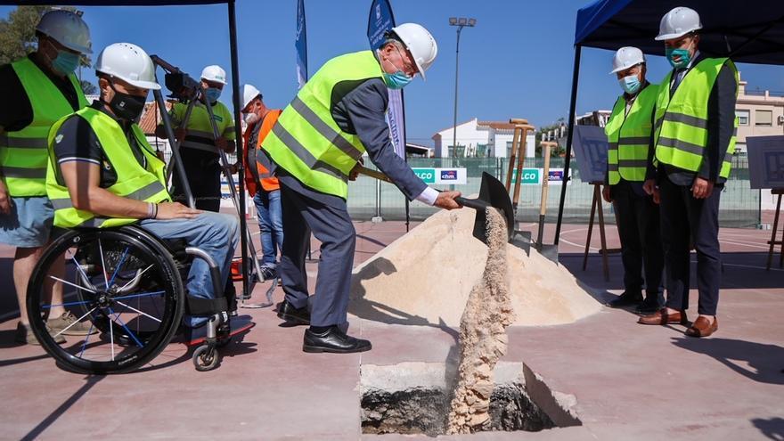 Primera piedra del aparcamiento municipal de Echeverría de El Palo, con más de 400 plazas