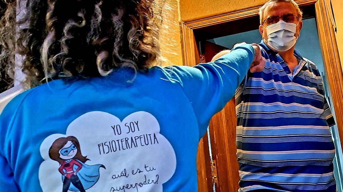 La fisioterapeuta Celia Luis León en el domicilio del paciente de Covid persistente Sergio Calvo