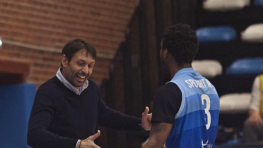 """El entrenador del Oviedo Baloncesto pone calma ante el buen momento del equipo: """"Tenemos que tener los pies en el suelo, todavía no hemos empatado con nadie"""""""