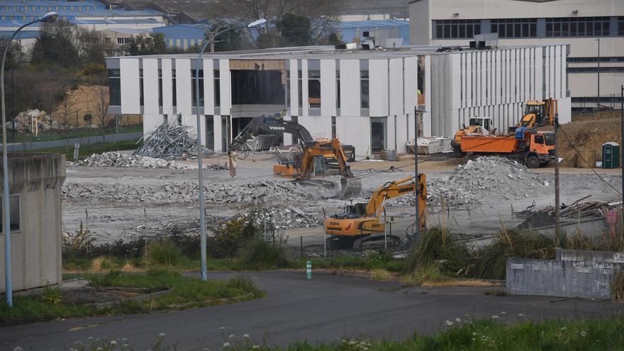 Derribo de las instalaciones de Facet Filtration Group en el polígono de Sabón, que han sido adquiridas por Inditex