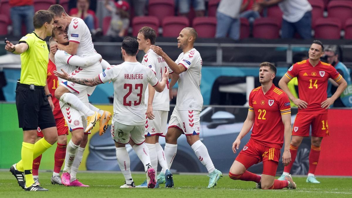 Los jugadores de Dinamarca celebran un gol ante Gales.
