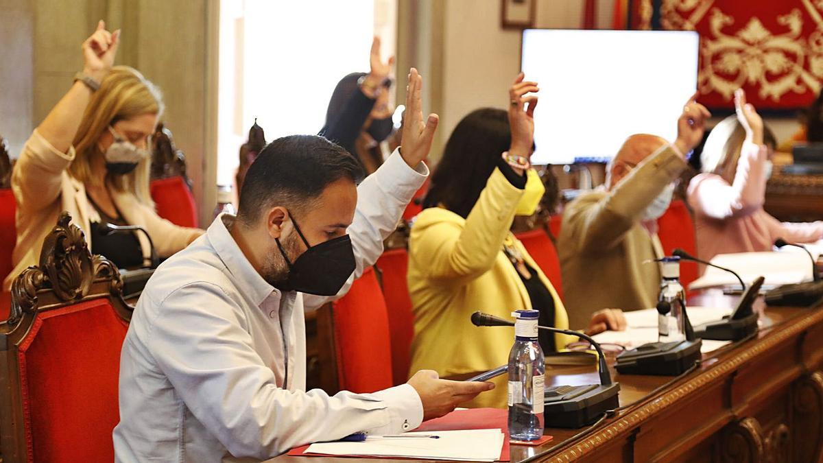 Los concejales votan a favor de una de las propuestas en el Salón de Plenos del Palacio Consistorial de Cartagena. | ÁGUEDA PÉREZ