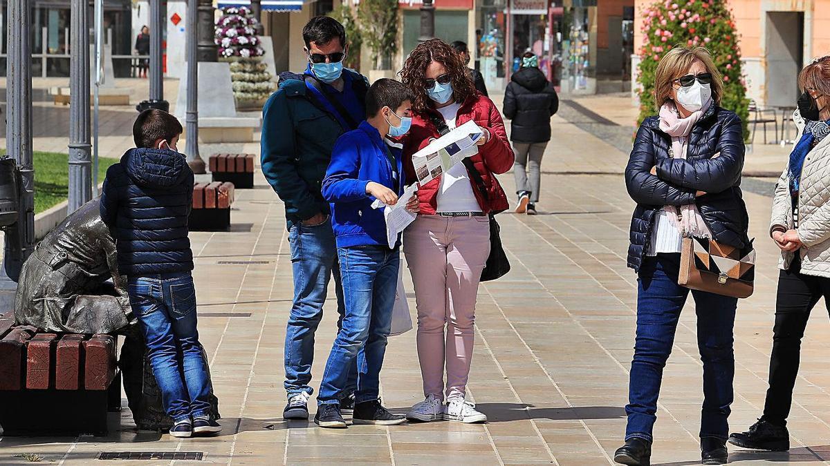 Turistas consultan un mapa de la ciudad de Cartagena, ayer.