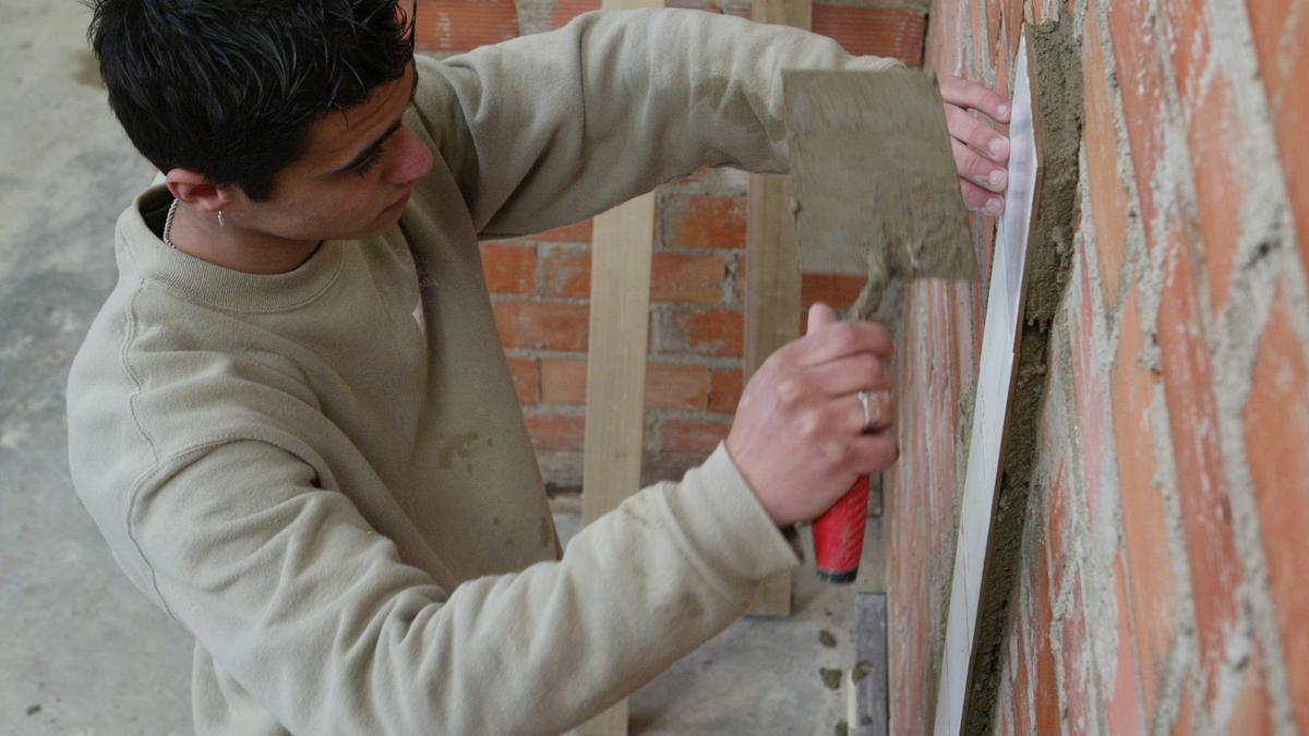 Imagen de un curso de colocación de azulejos