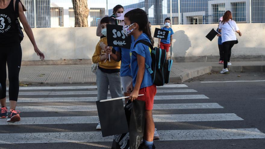 """Protesta infantil en El Algar: """"Vamos a ayudar al Mar Menor en vez de criticar"""""""