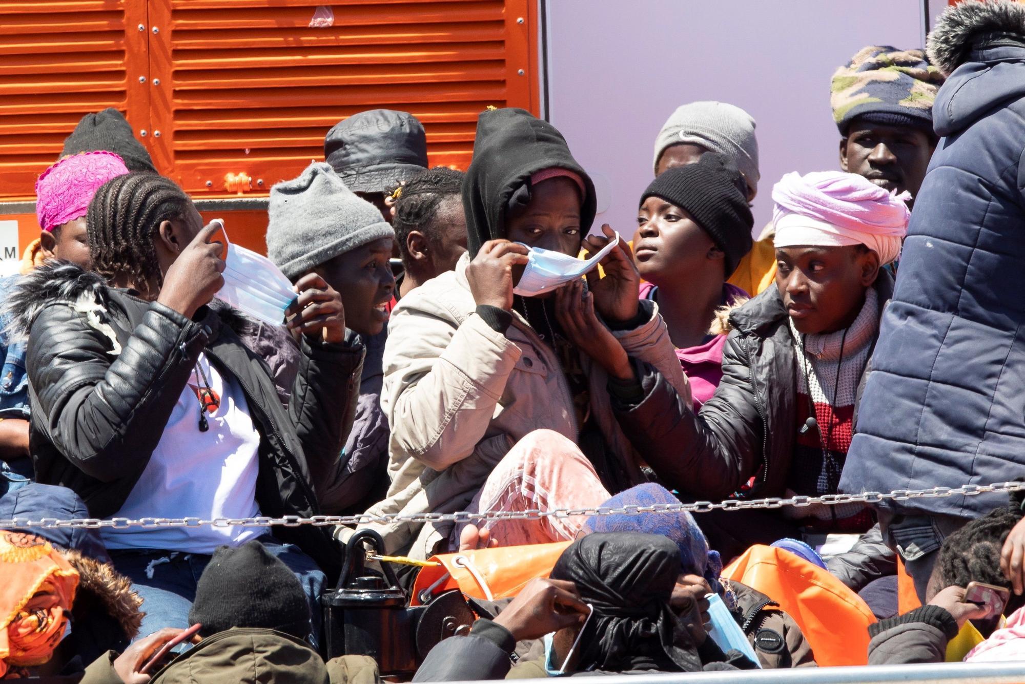 Trasladan a 40 migrantes al puerto de Arguineguín