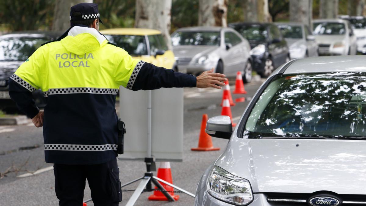 Un agente de la Policía Local en un control de tráfico.