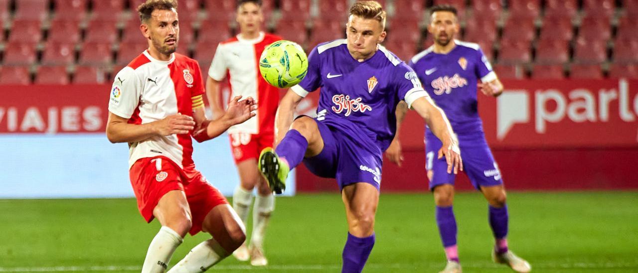 Bogdan despeja ante Stuani en el Girona-Sporting