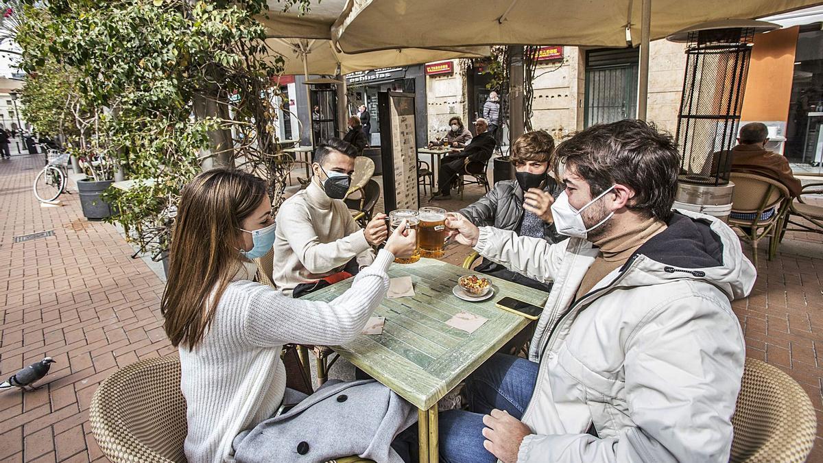 La reapertura de las terrazas de bares y restaurantes permite reunirse hasta cuatro comensales por mesa. | PILAR CORTÉS