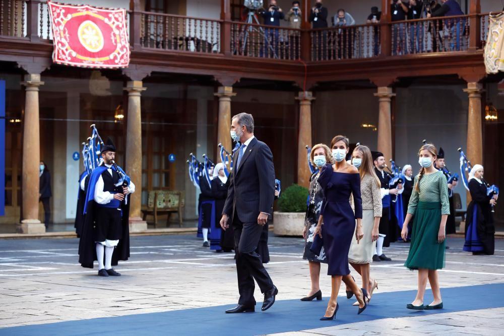 La Familia Real y la Reina Sofía cruza el patio del hotel Reconquista.