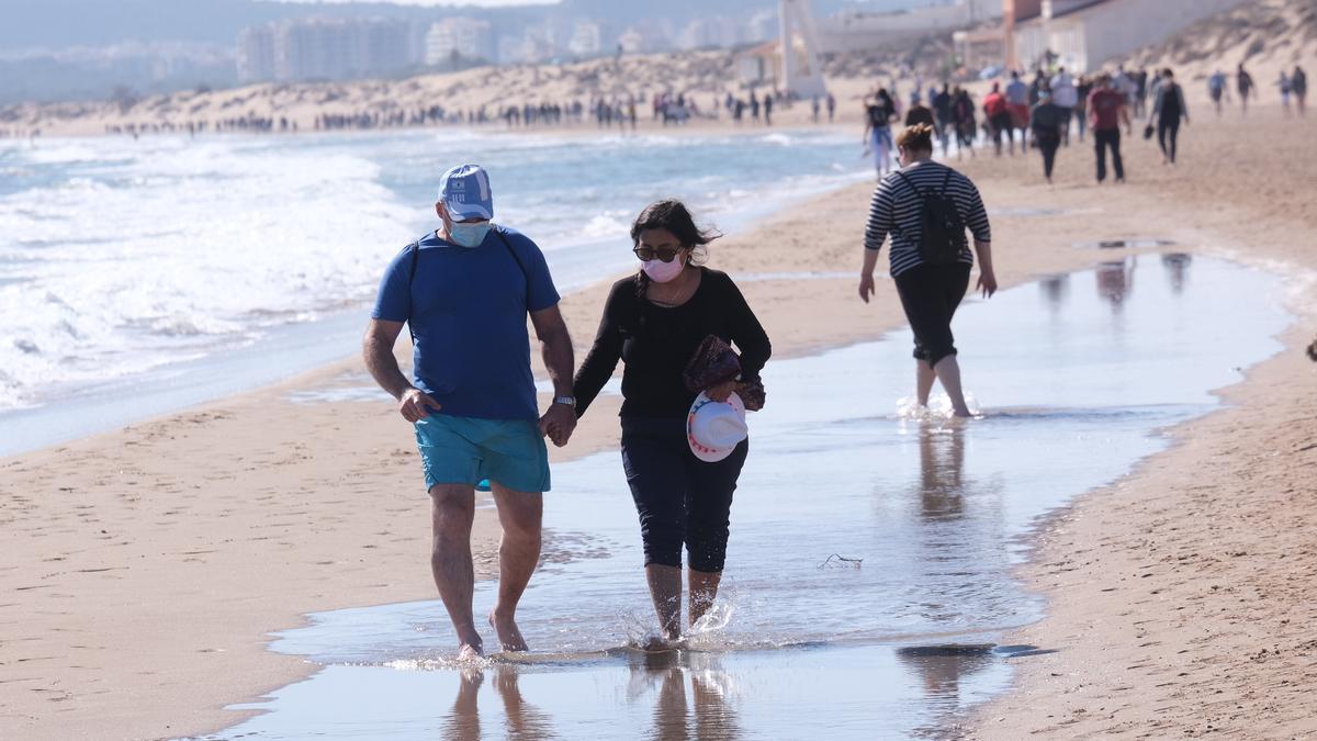 Nuevas restricciones covid: Expertos cuestionan la obligación de llevar mascarilla incluso tomando el sol en la playa.