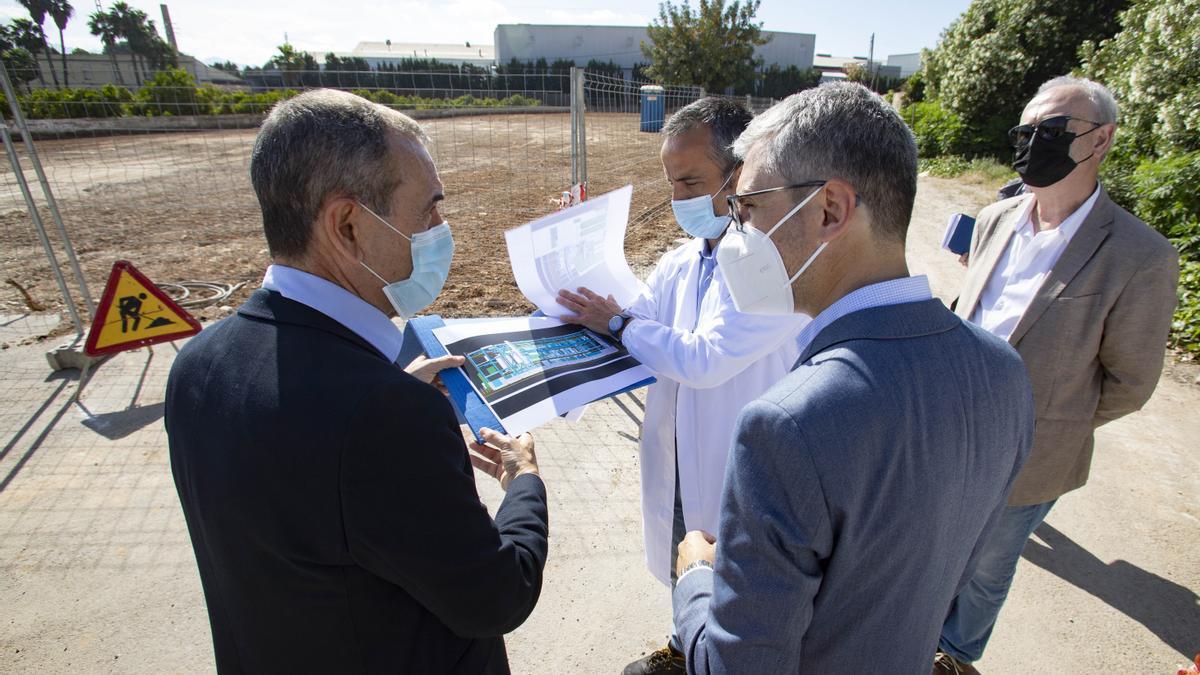 Un instante de la visita del conseller España a las instalaciones de la multinacional.