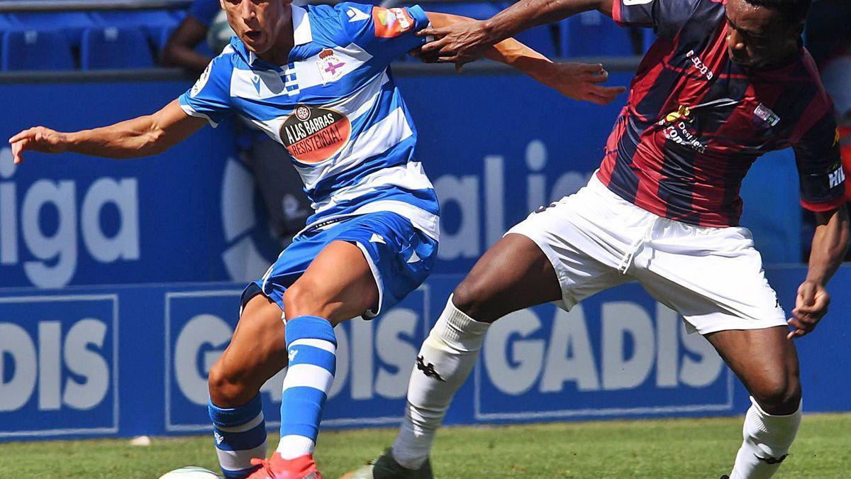 Mollejo protege el balón durante el partido del pasado domingo contra el Extremadura.