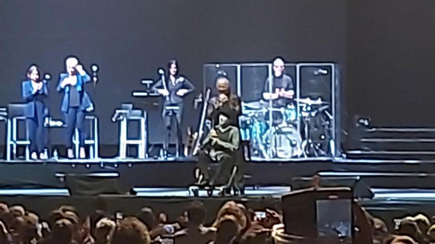 Sabina se cae del escenario durante un concierto en Madrid