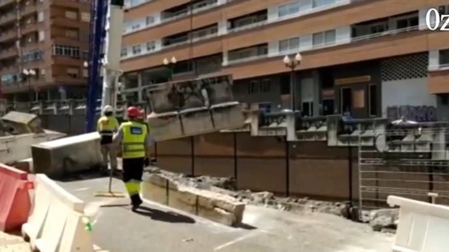 VÍDEO | Así desmontan los pretiles de cuatro toneladas en las obras del puente de Cardenal Cisneros