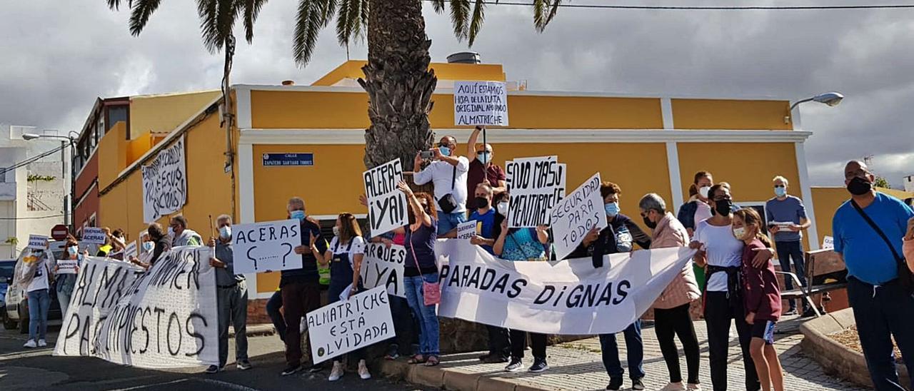 Protestas de vecinos de Almatriche el viernes pasado pidiendo aceras y mejoras en la vía.     LP/DLP